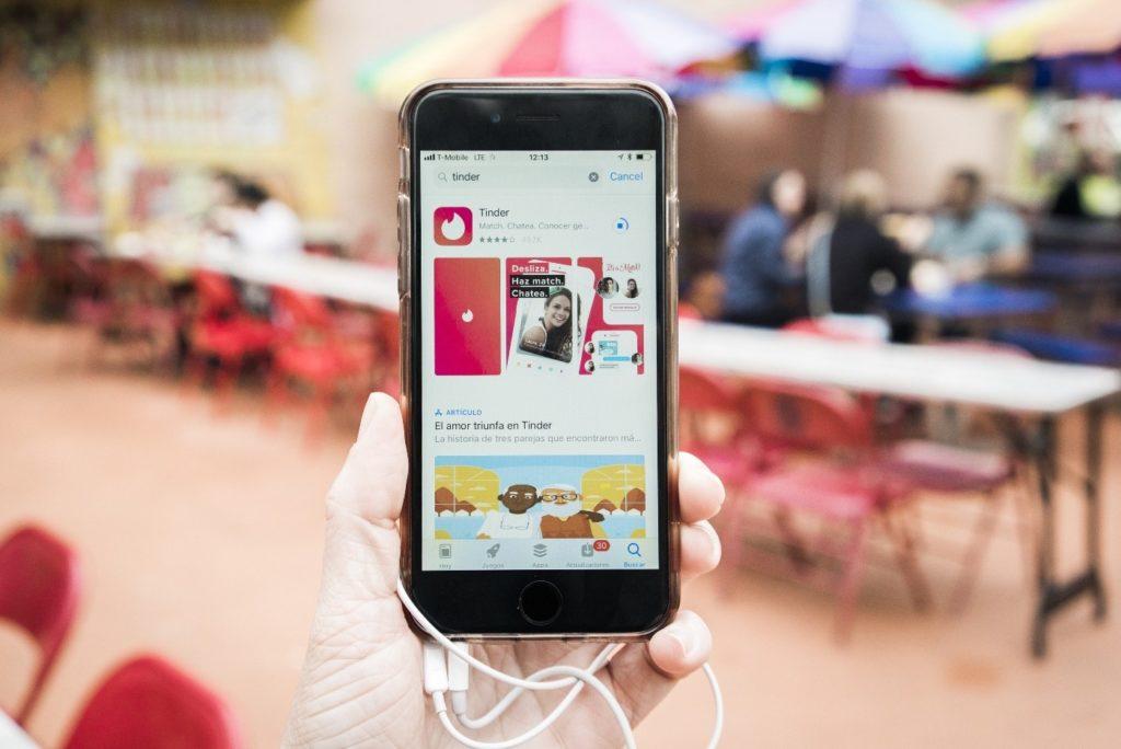 Skąd wzięła się popularność aplikacji randkowej Tinder?