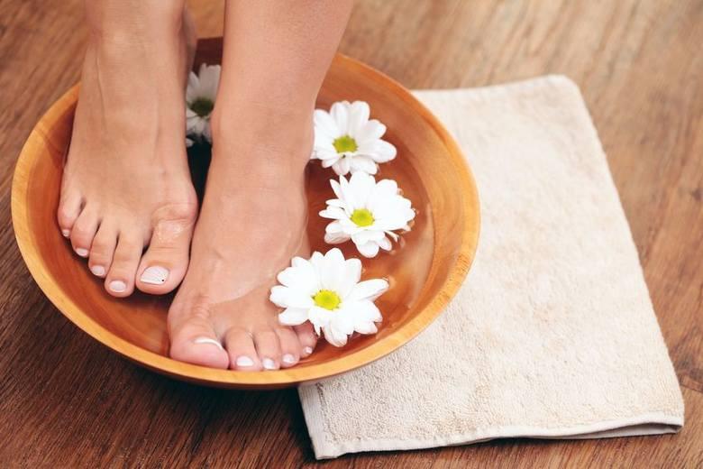Co daje moczenie nóg w soli?