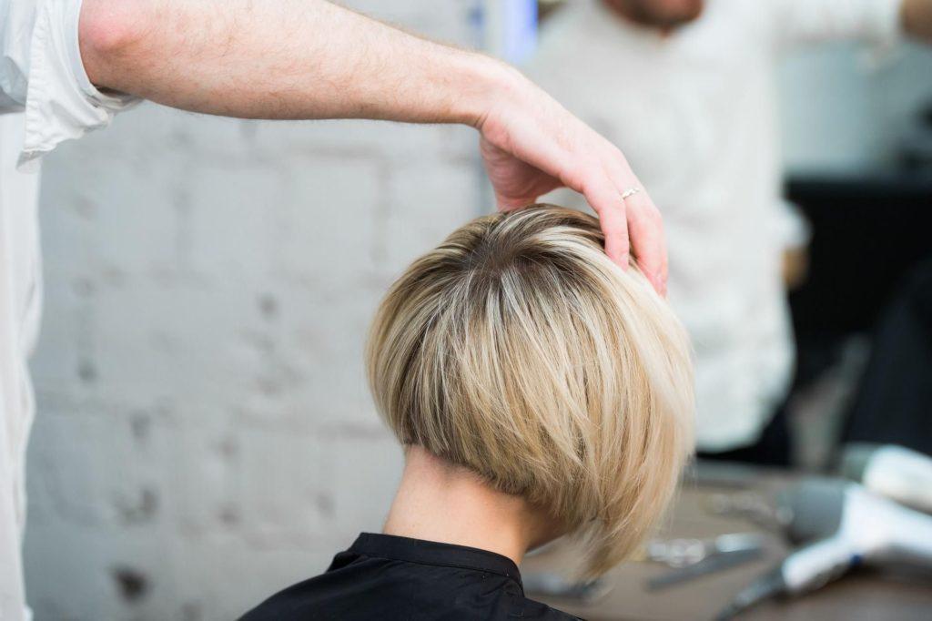 Jak uczesać krótkie włosy dosłownie w pięć minut?