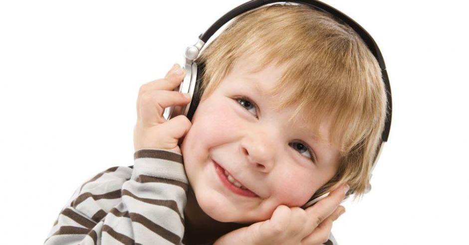 Słuchawki wygłuszające dla dzieci – dlaczego powinniśmy z nich korzystać?