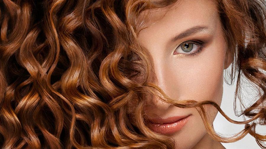 Trwała na długich włosach – czy zniszczy nam włosy?